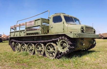 Старый армейский гусеничный вездеход